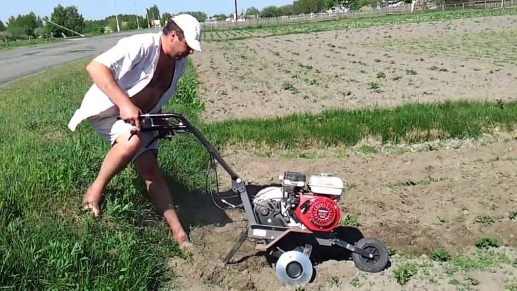 Окучивание картошки при помощи мотокультиватора