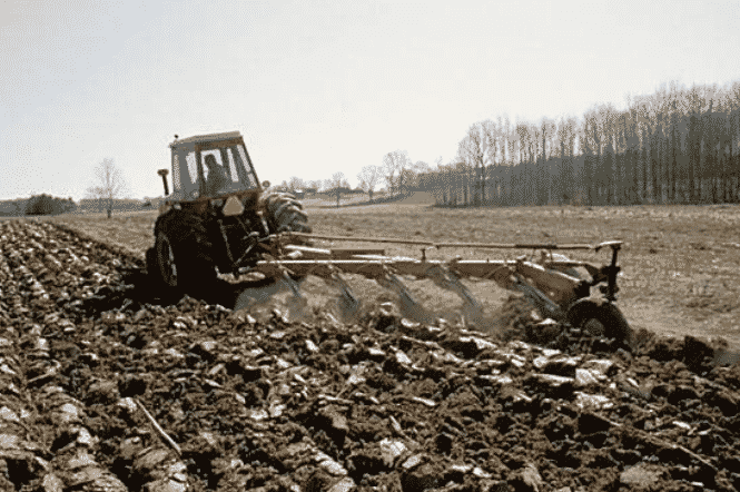 Как правильно пахать землю трактором